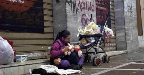 Una mujer pidiendo limosna en la calle/ Getty. Zoomnews.