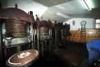 Las máquinas originales que no dejan de fabricar una de las joyas de la cocina mediterránea. Foto: Olearum