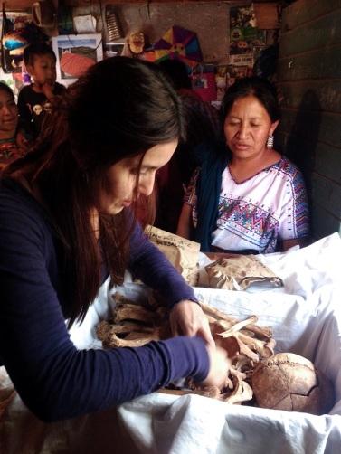 Colocación de restos para entrega a familiares en Aldea Paley, San José Poaquil (Chimaltenango)